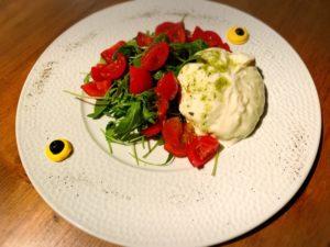 Burrata D.O.P. Plugia con tomatitos y rúcula